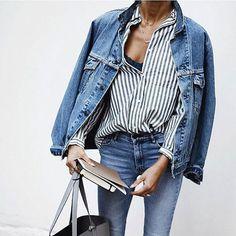 Une chemise rayée avec un total look jean