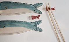 Set X2 de Sushi ART. CMA-SUSH03 Pottery Cool, Ceramic Pottery, Sushi Comida, Sake Sushi, Chopstick Holder, Sushi Plate, Sushi Set, Pottery Classes, Japanese Ceramics