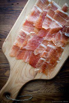Heerlijke Serrano ham, op een mooie plank en perfect bij de tapas