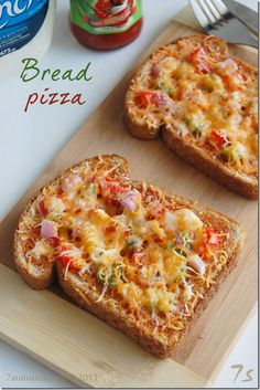 rmnds me of bread pizza m wud mke bfore, prang ms malasa ung gantong typs of pzza kesa cmmercialized,, well mstly ung cmmrcialzed lng ntry ko Bread Pizza Recipe Indian, Vegetarian Pizza Recipe, Pizza Recipes, Snack Recipes, Cooking Recipes, Club Sandwich Recipes, Lunch Box Recipes, Indian Snacks, Indian Food Recipes