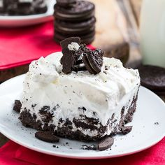 Cookies and Cream Ice Cream Sheet Cake with an oreo crust and a creamy whipped topping. Makes a wonderful summer party dessert. Ice Cream Sheet Cake Recipe, Sheet Cake Recipes, Cookie Recipes, Köstliche Desserts, Frozen Desserts, Delicious Desserts, Yummy Food, Funnel Cakes, Biscotti