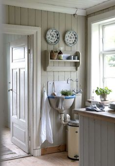 Kjøkkenet er malt i en hyggelig og dempet nyanse, for en lignende forsøk… Scandinavian Cottage, Swedish Cottage, Swedish Farmhouse, Country Farmhouse Decor, Country Kitchen, Cozy Kitchen, Cottage Shabby Chic, Sweet Home, Design Apartment