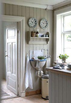 Kjøkkenet er malt i en hyggelig og dempet nyanse, for en lignende forsøk S2005-Y20R. Gamle åpne hyller og en original utslagsvask, har også kommet opp igjen på veggen.