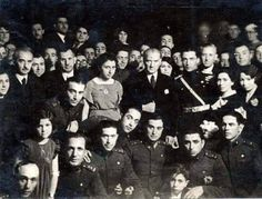Mustafa Kemal Atatürk'ün İsmet İnönü İle Birlikte Askeri Okul Talebeleri ve Gençlerle Beraber Çektirdikleri Fotoğraf. ENG Mustafa Kemal and Ismet Inonu with students of Military Academy and other youth.