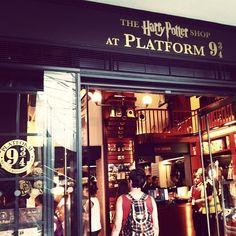 Les fans d'Harry Potter iront directement sur le plate-fortme 9 3/4, s'offrir une photo souvenir devant le chariot encastré dans le mur ou dévaliser la boutique. Vous rajouterez bien une baguette ou un pull Gryffindor à votre valise? >> more info: http://www.harrypotterplatform934.com/