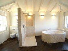 Badezimmer (Spiegel Klo Badewanne Waschbecken GlasduscheMitRegenduscheUndNormalemDuschkopf Badezimmerschränke)