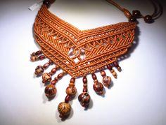 Collier création couleur marron en macramé fait main avec graines naturelles et perles en bois : Collier par papachocreations