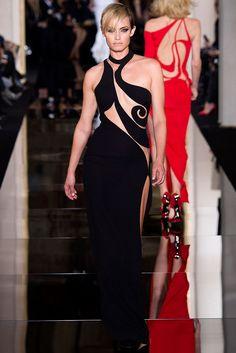 Atelier Versace Parigi - Haute Couture Spring Summer 2015 - Shows - Vogue. Atelier Versace, Versace 2015, Versace Fashion, Runway Fashion, Versace Dress, Paris Fashion, Couture Looks, Style Couture, Haute Couture Fashion