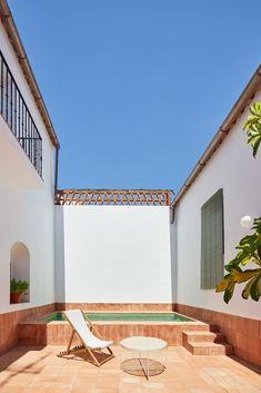 Rural house recovers Extremadura's rich craft tradition - Domus Ideas De Piscina, Casa Patio, Rural House, Two Storey House, Patio Interior, Interior Design, Interior Exterior, Rural Retreats, Outdoor Spaces