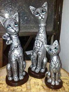 Lindas Ceramicas!!! Gatos Ceramic Bisque, Paper Stars, Tole Painting, Cold Porcelain, Bottle Art, Paper Mache, Cat Art, Decor Crafts, I Love Cats