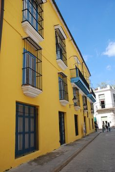 Hostal Valencia (Antigua casa del tesorero Baltasar de Soto) Casa de color amarillo en Calle Mercaderes esquina Calle Empedrado La Habana CRB