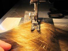 Хочу вам рассказать,как я делаю волосы для кукол — трессы. Нам понадобится: 1. Волосы — у меня искусственные,покупаю в магазине для создания париков, очень приблеженные к натуральным. 2. Невидимая нить. 3. Водорастворимая пленка. 4. Швейная машина. 5. Ножницы. 6. Пиала с теплой водой. Итак, поехали! У меня волосы длинной 70 см, строчку буду прокладывать посередине, значит от края 35 см.