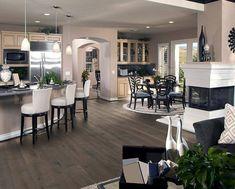 Wohnzimmer Mit Geschmackvoller Einrichtung Im Amerikanischen Stil.  Preiswerte Und Hochwertige Böden Finden Sie Bei Uns