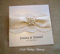 Luxury Pearl and Lace Wedding Invitation. por QuillsWeddingFavours