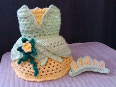Il sagit dune princesse fait main robe avec bandeau inspirée Tiana de Disney du film « La princesse et la grenouille ». Idéal pour Halloween, photo-accessoires, cadeaux, porter tous les jours ou cadeaux de douche de bébé. Vient de la maison sans fumée. Serre-tête est quune bande verte avec 5 jaunes individuels colporte ci-joint pour ressembler à la Couronne de Tiana. Cette robe est une jupe de deux couches. Tous mes produits sont faits avec du fil 100 % acrylique et très doux. Les couleurs…