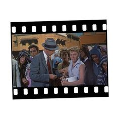 El hombre que sabía demasiado [The Man Who Knew Too Much - Alfred Hitchcock (1956)]  Durante una estancia vacacional en Marruecos, una familia americana compuesta por el doctor MacKenna, su mujer y su hijo presencia la muerte de un hombre, poco después descubren que su hijo ha sido secuestrado. Sin saber nada del hombre que ha sido asesinado ni del paradero de su hijo comienzan su búsqueda involucrándose sin imaginárselo en una trama de espionaje internacional.    Buenísima película, como…