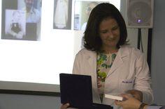 Dra. Maria De Lourdes Jaborandy, recebe a placa de homenagem ao Dr. Wellington Ghil, que não pôde estar presente.