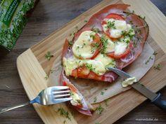 Überbackenes Brot mit gekochtem Schinken, Tomaten, Schalotte und Käse überbacken. Lass dich inspirieren und belege nach belieben deine eigene Scheibe Brot.