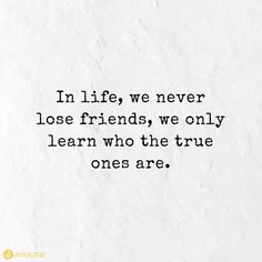 In life, we never lose friends, we only learn who the true ones are. Losing Friends Quotes, Fake Friends, Friend Quotes, Intj, Smile Quotes, Cute Quotes, Short Girl, Priorities Quotes, True Quotes About Life