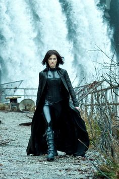 Make your own homemade Selene costume from Underworld. Played by Kate Beckinsale this is a great halloween costume as she is a vampire or a fancy dress Underworld Selene, Underworld Movies, Underworld Trilogy, Underworld Kate Beckinsale, Films Cinema, Vampires And Werewolves, Shooting Photo, Hollywood, Female Characters
