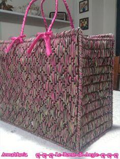 borsa rafia su rete Crochet Tote, Crochet Purses, Plastic Canvas Crafts, Plastic Canvas Patterns, Bargello Needlepoint, Barn Wood Crafts, Net Bag, Fabric Yarn, Quilted Bag
