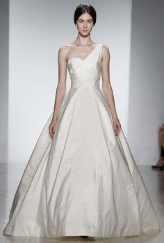 Los vestidos de novia de la diseñadora Amsale Aberra para 2014 son modernos e intemporales. Adoramos su elegante y fresca sofisticación y nos quedamos agradablemente sorprendidos cuando incursionó en tejidos fuera de su zona de confort en la New York Bridal Fashion week 2013.