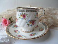 Vintage isabelino inglés Fine Bone China rosa Floral taza y platillo