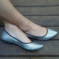Sapatilha glitter prata em tecido especial. Compre já: www.prigoncalves.com.br