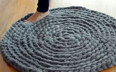 How to crochet a rug tutorial Yarn Projects, Knitting Projects, Crochet Projects, Knitting Patterns, Sewing Projects, Crochet Patterns, Crochet Home, Crochet Crafts, Yarn Crafts
