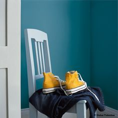 You can also add interest to your woodwork by using a pale blue. Here we have used First dawn on a single chair and Blue Chalk on the door and skirting which looks great against dramatic Teal Tension walls. Wall Colors, House Colors, Paint Colors, Colours, Blue Yellow Rooms, Color Yellow, Dulux Feature Wall, Paint Color Chart, Project Table