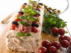 Valmista täyte: Hienonna liha monitoimikoneella. Hienonna veitsellä aurinkokuivattu tomaatti ja persilja. Leikkaa omenat hyvin pieniksi kuutioiksi. Notkista sulatejuusto kulhossa sähkövatkaimella. Lisää sulatejuustoon muut ainekset. Mausta tarvittaessa pippurilla Tee kahdesta osittain päällekkäin asetetusta leivinpaperista alusta (55 x 45 cm). Kostuta leipäviipaleiden reunat pullasudilla. Aseta kolme leipäviipaletta vierekkäin. Levitä 1/4 täytteestä ja aseta seuraava kerros leipiä *). Täytä…