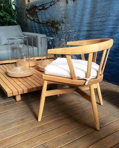 sofá e mesa Vis a Vis Tribu. cadeira Windsor Gloster
