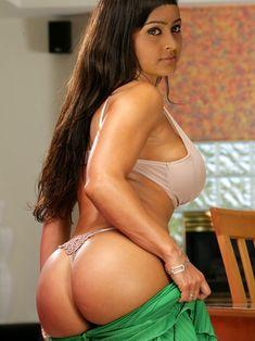 Sexy naked bitch cumming