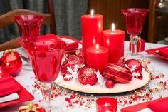 festliche Tafel zu Weihnachten in Rot