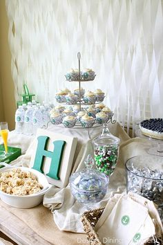Gender Neutral Baby Shower With Pops of Emerald via H H {Design, Dining + Diapers} - LOVE the bags on the table.cute idea for letting everyone grab a treat to take home Baby Shower Decorations Neutral, Gender Neutral Baby Shower, Unisex Baby Shower, Baby Boy Shower, Cinderella Party Favors, Chelsea Baby, Baby Lane, Shower Bebe, H Design