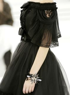 Chanel Haute Couture Spring/Summer 2006 daily needs of a glamour queen Haute Couture Style, Couture Mode, Couture Fashion, Runway Fashion, Couture Details, Chanel Couture, Moda Fashion, High Fashion, Outfit Vestidos