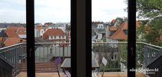 """Romeo und Julia, der Barbier von Sevilla oder Danton. All jene könnten schon bald Ihre """"Nachbarn"""" sein. Mit direktem Blick auf das Oldenburger Staatstheater bieten wir Ihnen hier eine 69m², 2 Zimmer Mietwohnung im Dachgeschoss an. Wohnen Sie ab sofort in wunderschönem, historischen Ambiente im Oldenburger Theater Carré. Auf Ihrem Balkon können Sie den Blick über die Dächer der Altstadt genießen."""