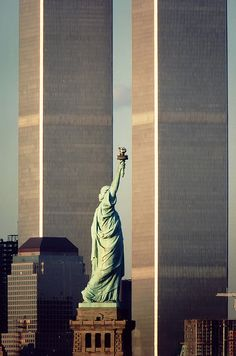World Trade Center and Statue of Liberty. We must all remember those symbols. World Trade Center and Statue of Liberty. We must all remember those symbols. World Trade Center, Trade Centre, 11 September 2001, New York City, Newspaper Photo, Beau Site, Photo Vintage, City That Never Sleeps, Jolie Photo