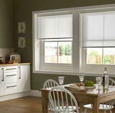 cuisine moderne avec store enrouleur occultant blanc, sol en bois clair