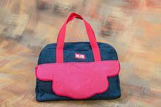 Mala de maternidade em ganga com bolso de pala em algodão rosa. Fundo em pele alças de mão e alça de ombro regulável
