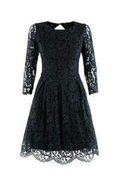 Une robe en dentelle à longues manches