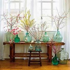 Garrafas de cristal como jarrones decorativos para el hogar