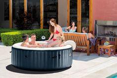 Pourquoi ne pas profiter des effets de détente des bulles du spa Intex entre amis ? Le nouveau spa à bulles peut accueillir jusqu'à 6 personnes !