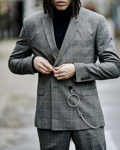 Anzüge können diese Saison auch lässig getragen werden und sind fester Bestandteil der Streetwear. Seht hier, wie ihr den Anzug am besten kombiniert. Tipp: Ein Rollkragenpullover unter dem Jackettes lässt euch lässig und stilvoll erscheinen. Gentleman, Checked Suit, City Chic, X Men, Streetwear, Suit Jacket, Suits, Jackets, Fashion