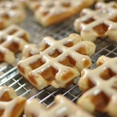 Pennsylvania Dutch Cinnamon Waffle Cookies with Maple Glaze - Cute and delicious. The new cupcake? A reliable source says mini waffles are all the rage in Korea! Köstliche Desserts, Delicious Desserts, Dessert Recipes, Amish Recipes, Baking Recipes, Francisco Javier Rodriguez, Pennsylvania Dutch Recipes, Cake, Recipes