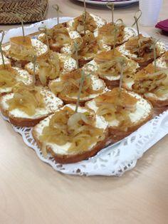 San Jacobos con cebolla caramelizada sobre tostad de Queso crema