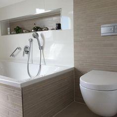 Badezimmer Kombination Mit Mosaikfliesen Und Weißen Wandfliesen. #badezimmer  #mosaikfliesen #wandfliesen #fliesen