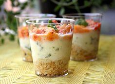 Piccoli bicchierini con mousse di peperone e mozzarella, semplici e gustosi perfetti per un aperitivo quando anche l'occhio vuole la sua parte.
