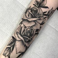Tatuagem em blackwork feita por PlanoC de São Paulo.    Flores no antebraço.