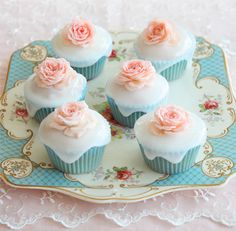 Pretty Floral Cupcakes How you display your wedding cupcakes can turn them into a Vintage look or a more modern look. Love these   www.finditforweddings.com